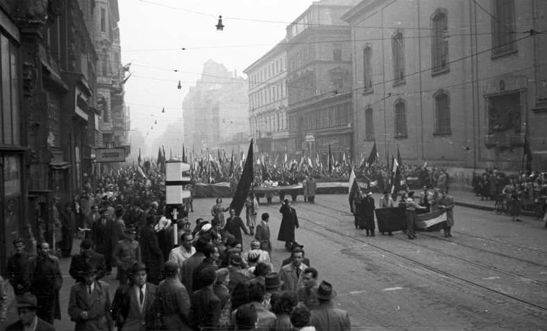 Protesters marching in Budapest on 25 October 1956. Photo: Wikipedia