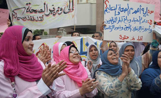 nurses protest with doctors at cabinet headquarters September 2011(Photo: Mai Shaheen)