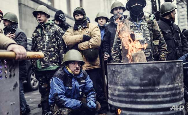 Anti-government protestors wait in front of a parliamentary building in Kiev, Ukraine. Photo: AFP/BULENT KILIC