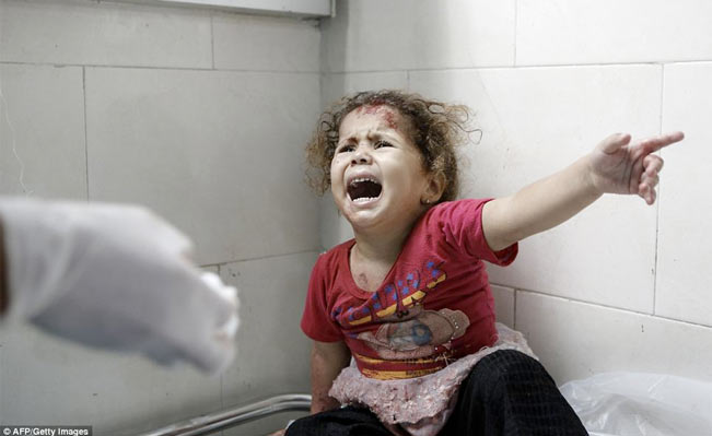 A Palestinian child shouts at doctors at al-Shifa hospital. Photo: AP/Gettey