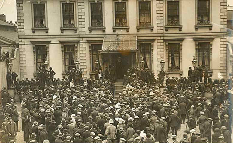 A crowd gathers at the Mansion House in Dublin in the days before the truce in July 1921. Photo: Wikipedia