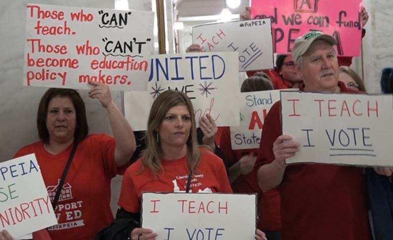 Teachers protest at West Virginia Capitol for better pay and benefits. Photo: WSWS