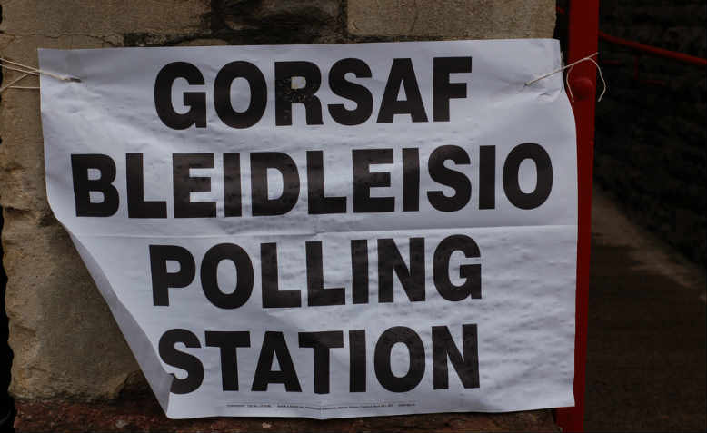 Signage for a Welsh polling station, 2010. Photo: Flickr/Walt Jabsco