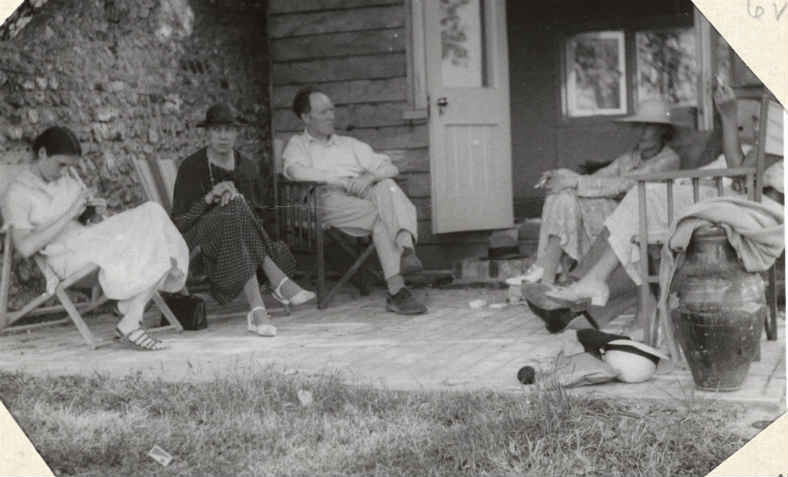 Angelica Garnett, Vanessa Bell, Clive Bell, Virginia Woolf, John Maynard Keynes and Lydia Lopokova at Monk's house. Photo: Wikimedia Commons