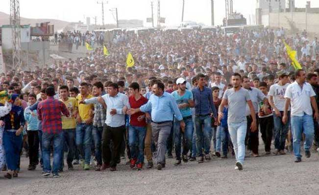 20,000 Kurds marched to Iraqi border from Cizre to protest Isis attacks on Kobane