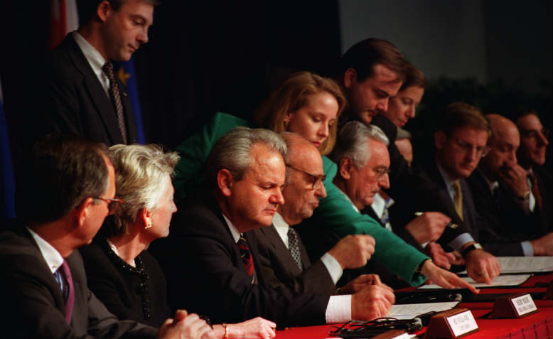 Serbian President Milošević signing the final peace agreement, December 1995. Photo: Wikipedia