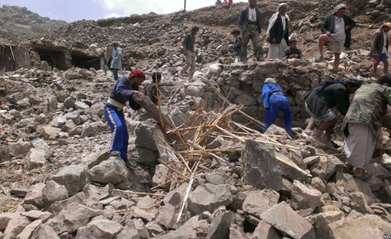 Villagers look for belongings after the bombing of Hajar Aukaish, Yemen, April 2015. Photo: wikipedia
